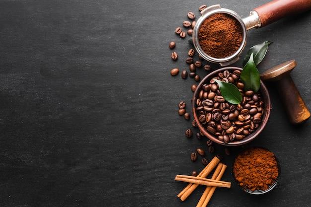Vista dall'alto chicchi di caffè tostati con spazio di copia Foto Gratuite