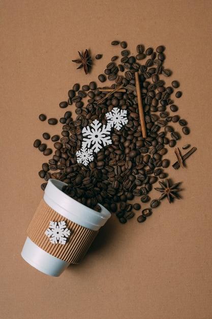 Vista dall'alto chicchi di caffè tostato con cannella Foto Gratuite