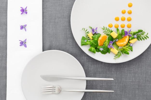 Vista dall'alto cibo elegante su un piatto Foto Gratuite