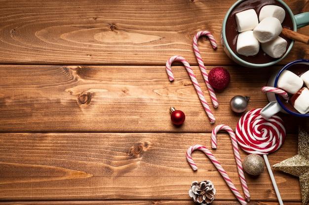 Vista dall'alto cioccolata calda con caramelle Foto Gratuite