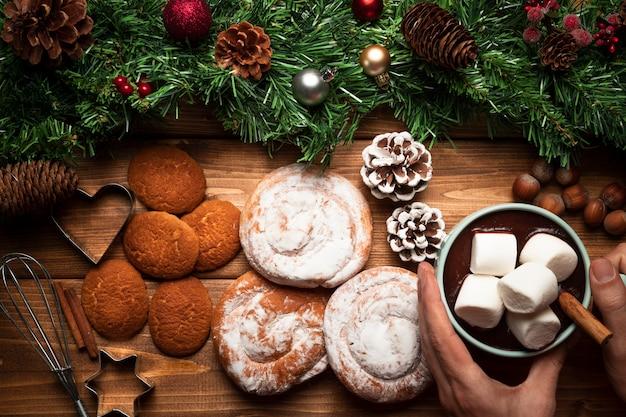 Vista dall'alto cioccolata calda con dolci Foto Gratuite