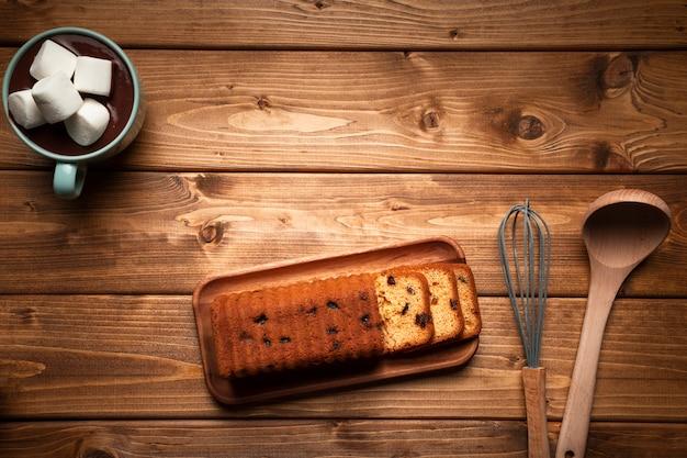 Vista dall'alto cioccolata calda con torta Foto Gratuite