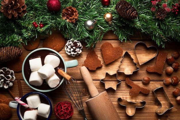 Vista dall'alto cioccolata calda con utensili Foto Gratuite