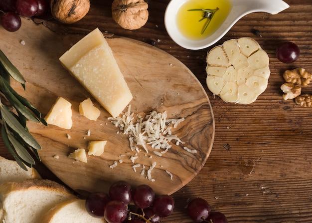 Vista dall'alto composizione di formaggio sul tavolo Foto Gratuite