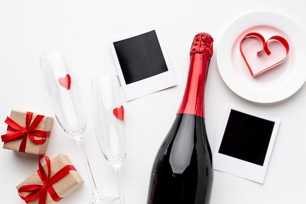 Vista dall'alto composizione di san valentino con champagne e bicchieri Foto Gratuite