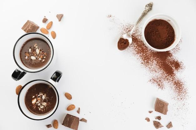 Vista dall'alto con cioccolata calda con noci e cacao in polvere Foto Gratuite