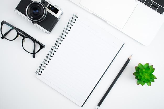 Vista dall'alto con retro macchine fotografiche, notebook e tastiere Foto Premium