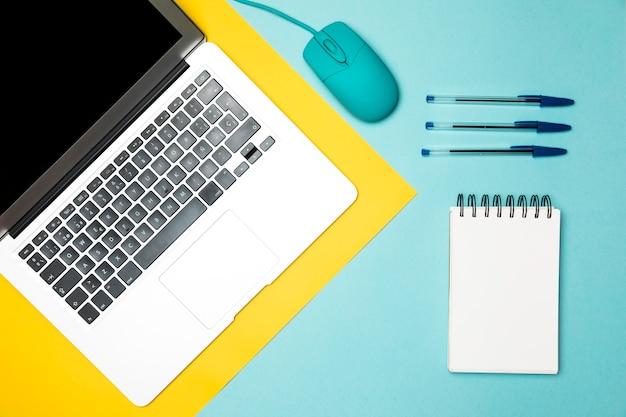 Vista dall'alto concetto di desktop minimalista Foto Gratuite