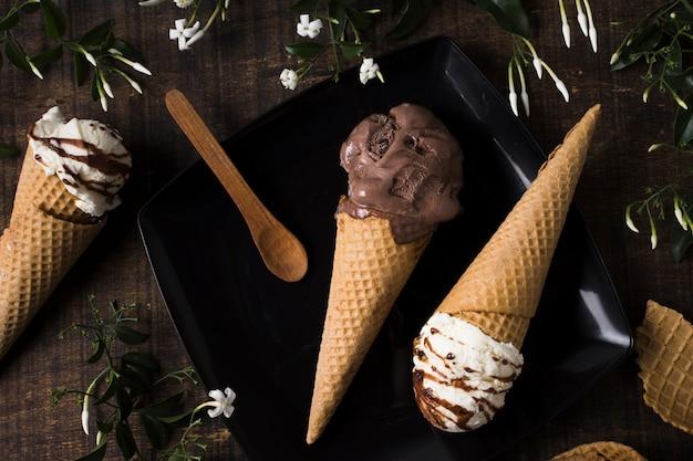 Vista dall'alto coni gelato artigianale con cioccolato Foto Gratuite