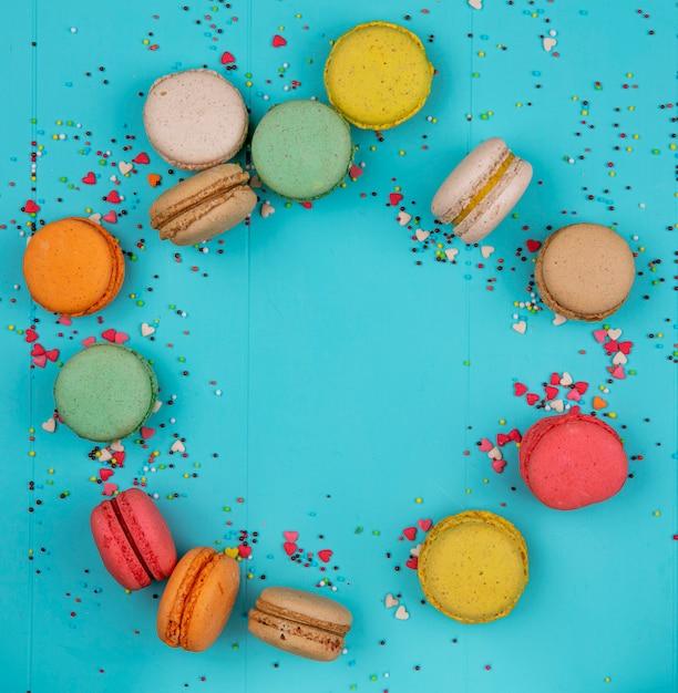 Vista dall'alto copia spazio macarons multicolori su sfondo blu Foto Gratuite