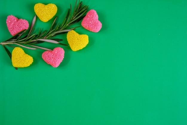 Vista dall'alto copia spazio ramo di rosmarino con marmellata gialla e rosa su sfondo verde Foto Gratuite