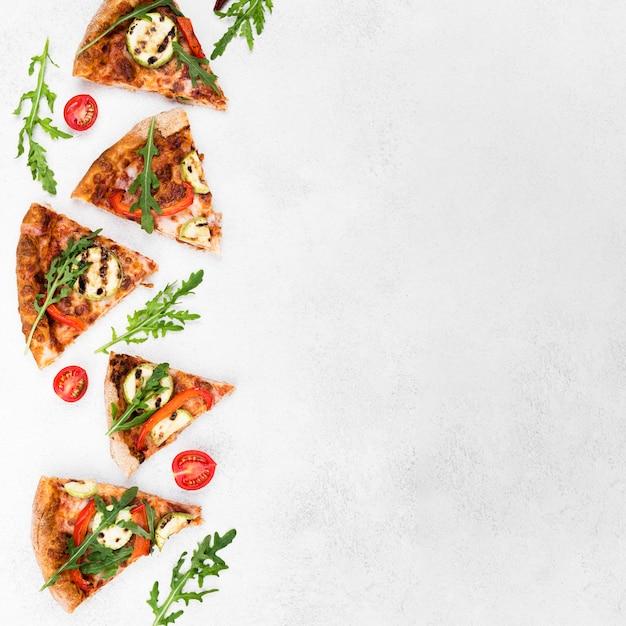 Vista dall'alto cornice alimentare con pizza Foto Gratuite