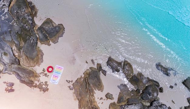 Vista dall'alto dal cielo delle onde del mare e il paesaggio della spiaggia di sabbia. Foto Premium