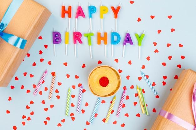 Vista dall'alto decorazione di compleanno con regali e candele Foto Gratuite