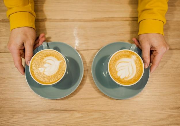 Vista dall'alto del barista con due tazze di caffè Foto Gratuite