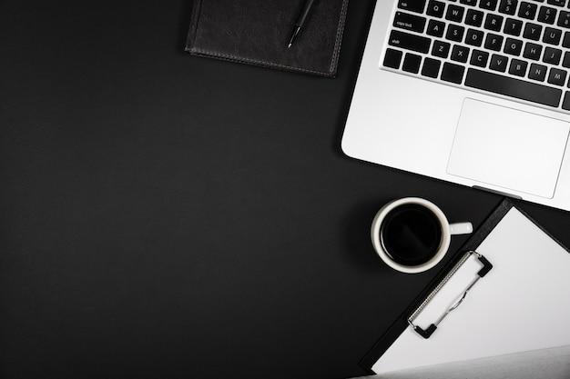 Vista dall'alto del concetto di scrivania con spazio di copia Foto Gratuite