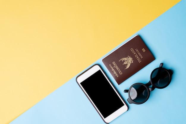Vista dall'alto del concetto di viaggio con accessori isolato su sfondo di colore Foto Premium