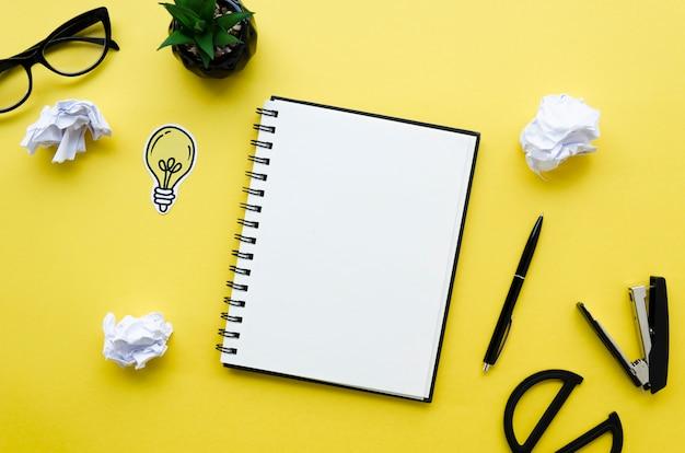 Vista dall'alto del desktop con notebook e occhiali Foto Gratuite
