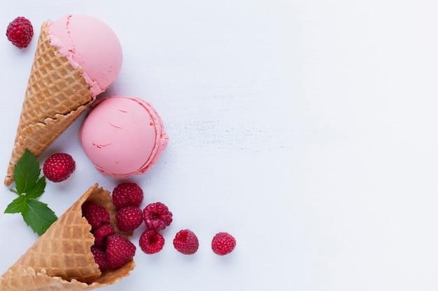 Vista dall'alto del gelato di lamponi Foto Gratuite