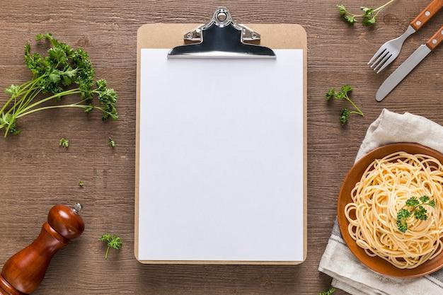 Vista dall'alto del menu vuoto con pasta e posate Foto Gratuite