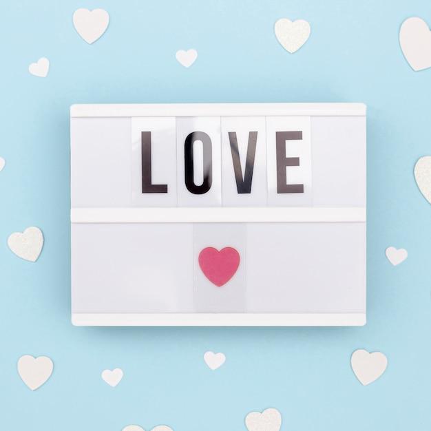 Vista dall'alto del messaggio di san valentino sulla lampada Foto Gratuite