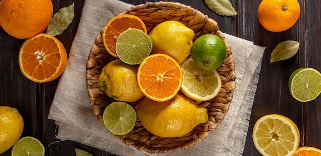 Vista dall'alto del paniere di arance e lime Foto Gratuite