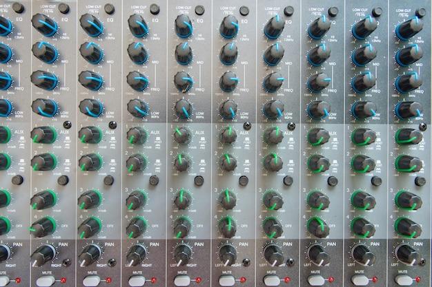 Vista dall'alto del pannello di controllo del mixer audio. Foto Premium