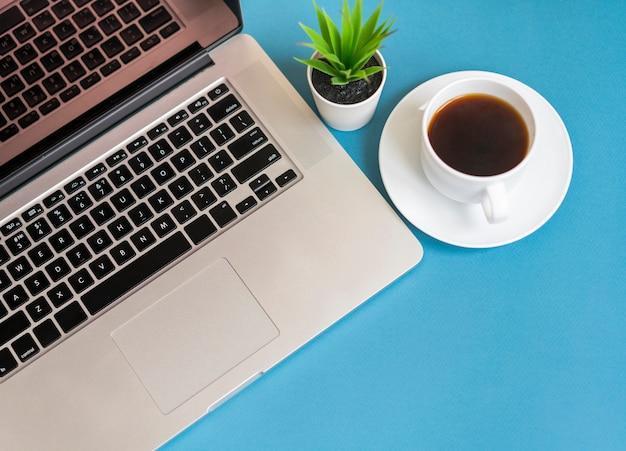 Vista dall'alto del portatile con caffè Foto Gratuite