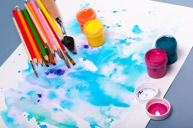 Vista dall'alto del processo di lavoro di tampone di carta per acquerello, forniture per pittura ad acquerello e pennelli Foto Premium