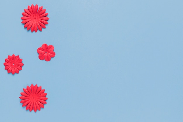 Vista dall'alto del ritaglio di fiori di carta rossa fatta a mano per mestiere Foto Gratuite