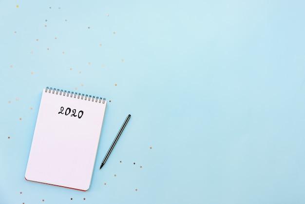 Vista dall'alto del taccuino vuoto pronto per la pianificazione del nuovo anno 2020 o lista dei desideri Foto Premium