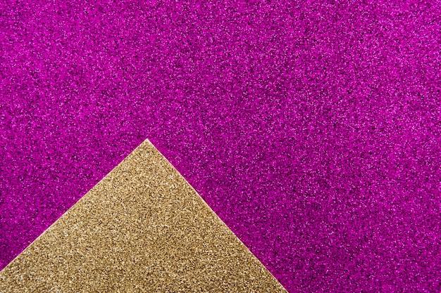 Vista dall'alto del tappeto dorato su sfondo viola Foto Gratuite