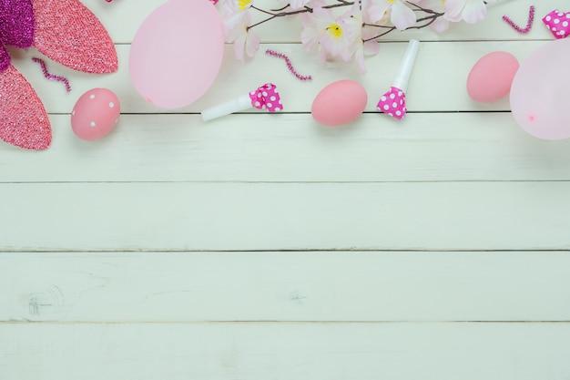 Vista dall'alto del tavolo colpo di decorazioni buona vacanza di pasqua. Foto Premium