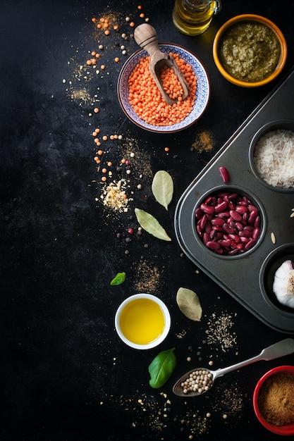 Vista dall'alto del tavolo con ingredienti per cucinare le lenticchie Foto Gratuite