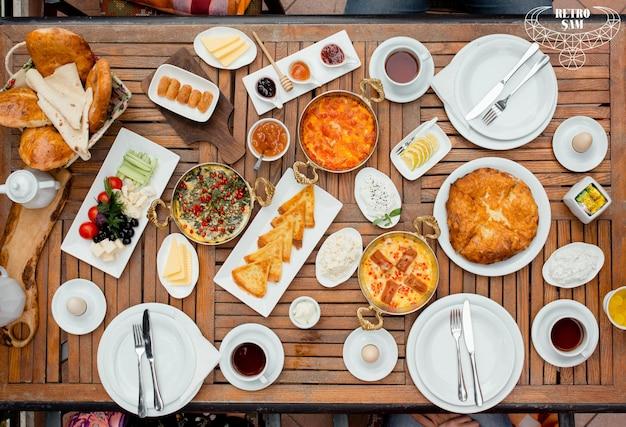 Vista dall'alto del tavolo per la colazione fresca Foto Gratuite