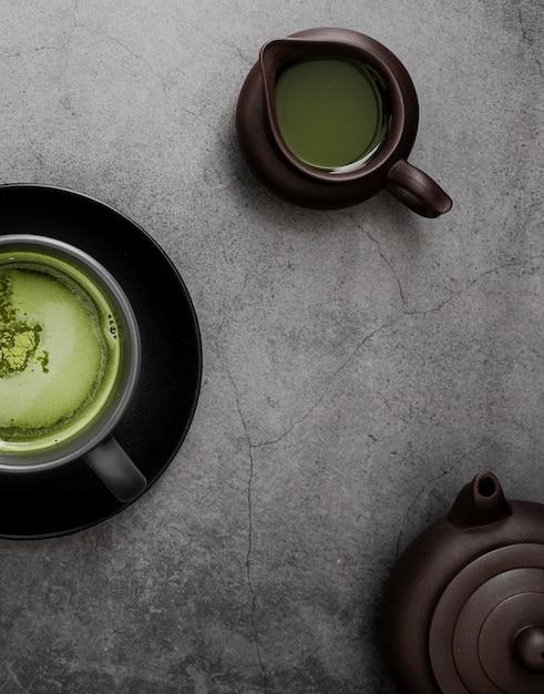Vista dall'alto del tè matcha con teiera Foto Gratuite