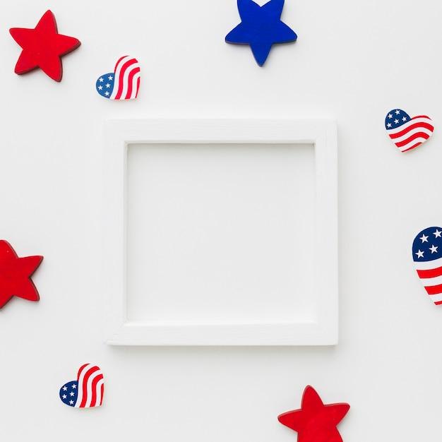 Vista dall'alto del telaio con bandiere americane e stelle Foto Gratuite