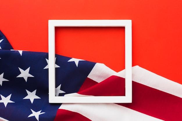 Vista dall'alto del telaio con bandiere americane Foto Gratuite