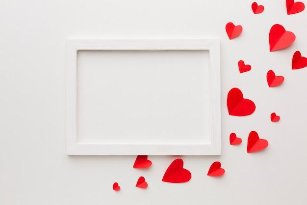 Vista dall'alto del telaio e cuori di carta per san valentino Foto Gratuite