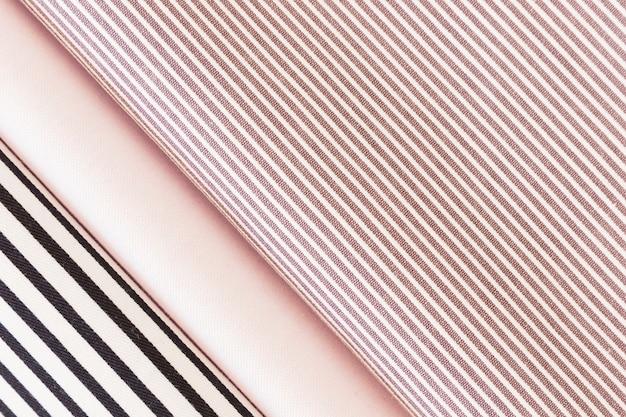 Vista dall'alto del tessuto piegato a strisce nere e rosa Foto Gratuite