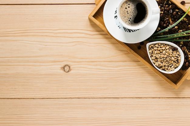 Vista dall'alto del vassoio del caffè con spazio di copia Foto Gratuite