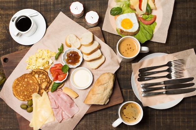 Vista dall'alto deliziosa colazione Foto Gratuite