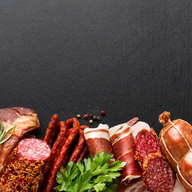 Vista dall'alto deliziosa selezione di carne sul tavolo Foto Gratuite