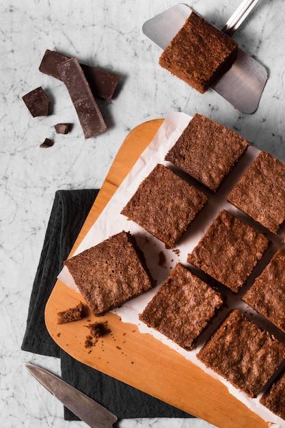 Vista dall'alto deliziosi brownies pronti per essere serviti Foto Gratuite