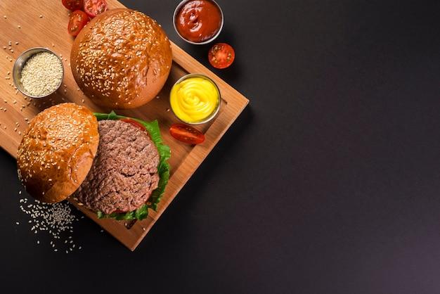 Vista dall'alto deliziosi hamburger di manzo con senape Foto Gratuite