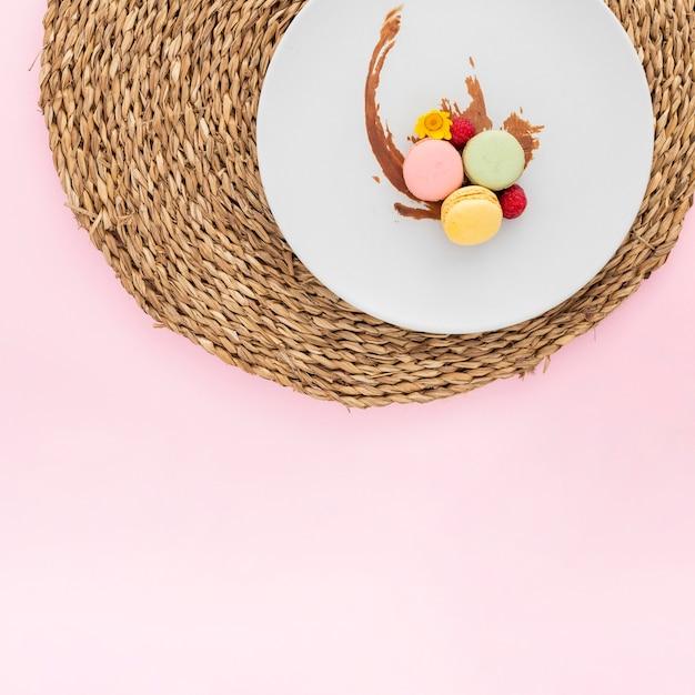 Vista dall'alto deliziosi macarons con spazio di copia Foto Gratuite