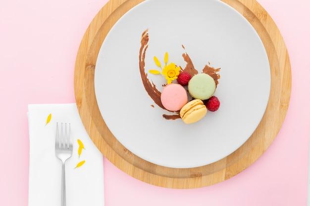 Vista dall'alto deliziosi macarons su un piatto Foto Gratuite