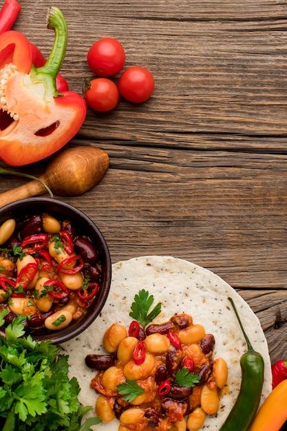 Vista dall'alto delizioso cibo messicano pronto per essere servito Foto Gratuite