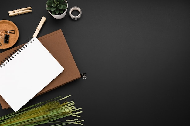 Vista dall'alto dell'area di lavoro con copia spazio e notebook in cima all'agenda Foto Gratuite