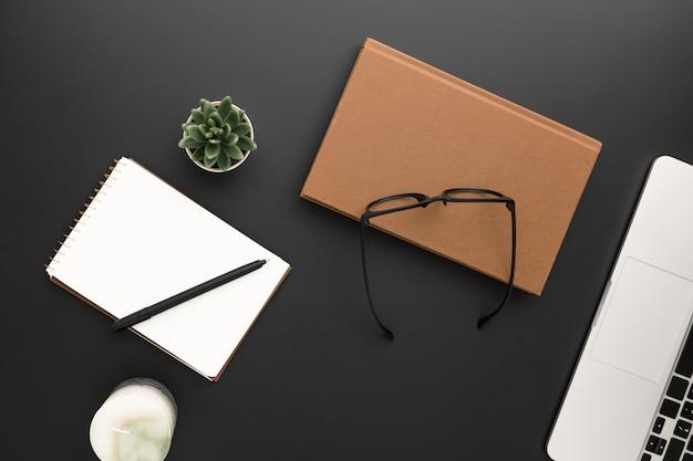 Vista dall'alto dell'area di lavoro con occhiali e laptop Foto Gratuite